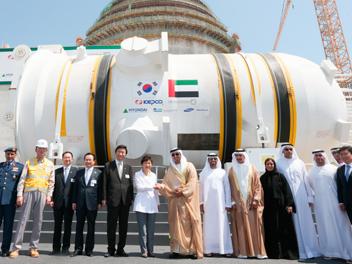 韓国型原子炉、UAEで海外初デビュー 原子炉設置式で握手する朴槿惠大統領(中央左)とマンスール副