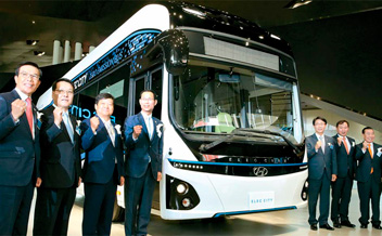 開発8年、電気バス公開
