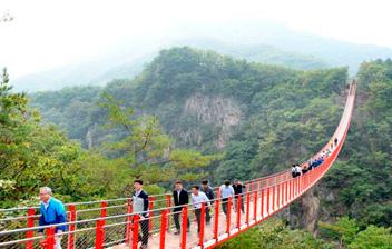 韓国最長の山岳つり橋に100万人突破