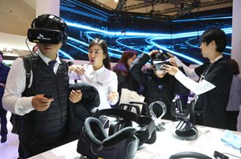 VRなど最先端製品が一堂に