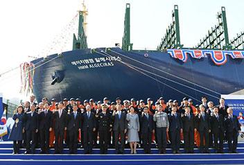 世界最大のコンテナ船進水
