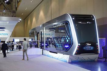 水素電気トラムを初公開