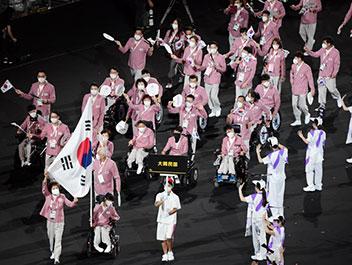 ピンクの韓服ユニフォームで入場